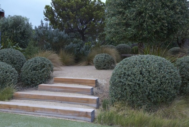The very talented designer, Fiona Brockhoff's creation in Portsea, Victoria. Again we see muted greens, straw-coloured gravel, grasses and soft timber. Photo: Virginia Cummins