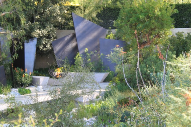 Dry plants added an architectural element, whilst the garden retained its lush feeling