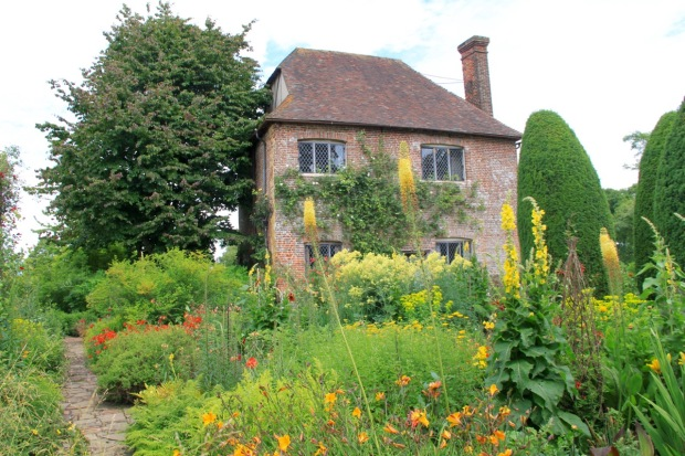 The Cottage Garden picks out the warm shades of the brickwork, without becoming overpowering